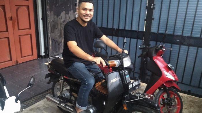 Tunggangi Sepeda Motor Klasik Jadi Pusat Perhatian Banyak Orang