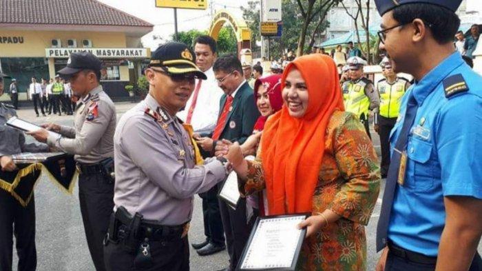Rosmaini saat mendapatkan penghargaan dari Polresta Pekanbaru