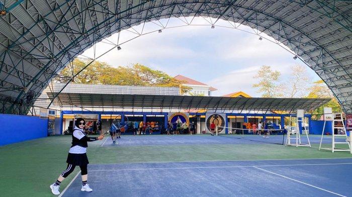 Rosminta saat berolahraga tenis di lapangan Tenis Kompleks Kantor DPRD Riau