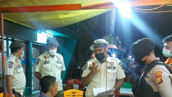 Satpol PP Kota Pekanbaru bersama aparat gabungan melakukan sosialisasi pengetatan PPKM mikro, Rabu (7/7/2021) malam