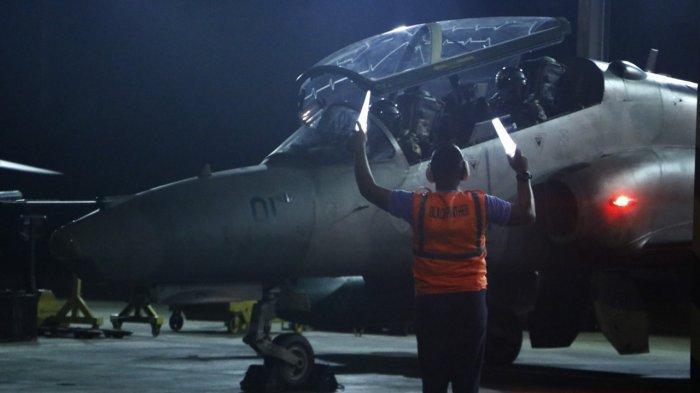 Suasana persiapan latihan terbang malam di Pangkalan Udara (Lanud) TNI AU Roesmin Nurjadin (RSN) Pekanbaru, Senin (24/5/2021)