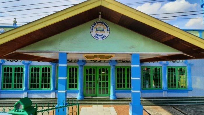 Tampak depan Masjid Baiturrahman di Jalan Budi Kemuliyaan, Kecamatan Dumai Barat, Kota Dumai