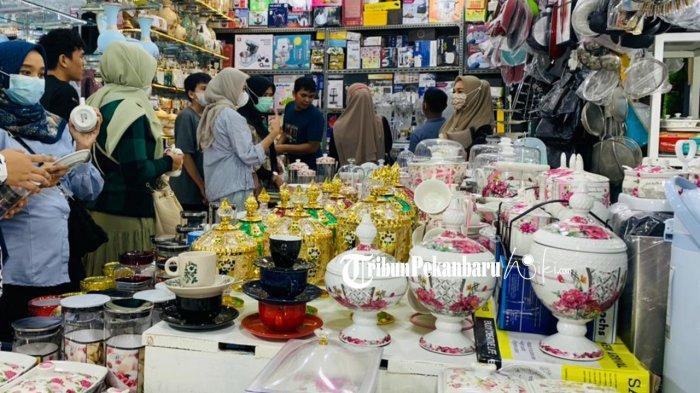 Toko Penjualan Toples atau Tempat Kue di Pasar Wisata Pasar Bawah Pekanbaru Jelang Hari Raya Idul Fitri 2021 Ramai Dikunjungi Pembeli