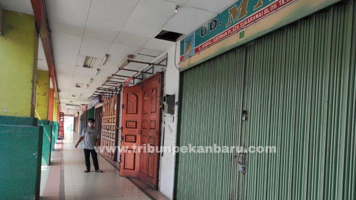 Foto: Hari Pertama Pelaksanaan PPKM Level 4 di Pekanbaru - Toko-di-Sukaramai-Trade-Center-Tutup-saat-PPKM-Level-4.jpg