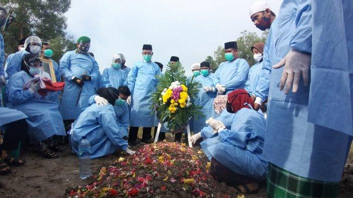 Pemakaman dilakukan secara militer dan penerapan pemakaman covid-19 di  taman makam pahlawan (TMP) Damai Sentosa Kota Dumai, pada Kamis (29/4/2021)