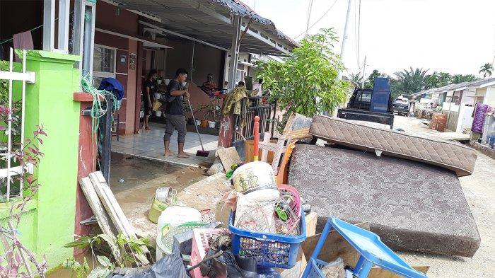 Foto: Banjir di Perumahan Pesona Harapan Indah Kota Pekanbaru - Warga-membersihkan-rumah-mereka-yang-sebelumnya-terendam-banjir.jpg
