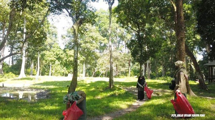Aksi Bersih Sampah di Taman Wisata Alam Buluh Cina Riau