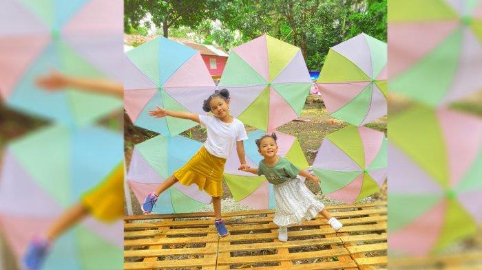 anak-anak berfoto di Roemah Panggong di Jalan Kelapapati Tengah, Bengkalis Riau