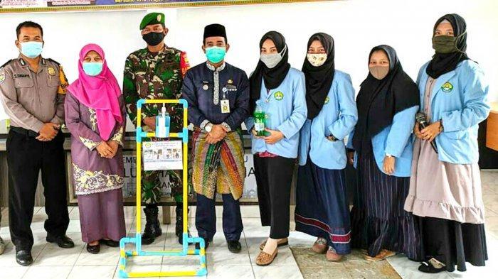 Mahasiswa Relawan Covid-19 UNRI Buat Foot Press Hand Sanitizer di Sukamulia dan Cintaraja