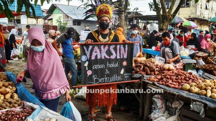 Foto: Kenakan Pakaian Adat, Mahasiswa Universitas Riau Sosialisasikan Vaksin Covid-19 - mahasiswa-universitas-riau-mensosiaslisasikan-vaksin-covid-19-aman.jpg