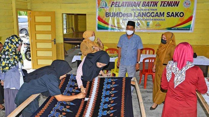 Desa Teluk Latak Bengkalis Kembangkan Batik Tenun Motif Pucuk Rebun