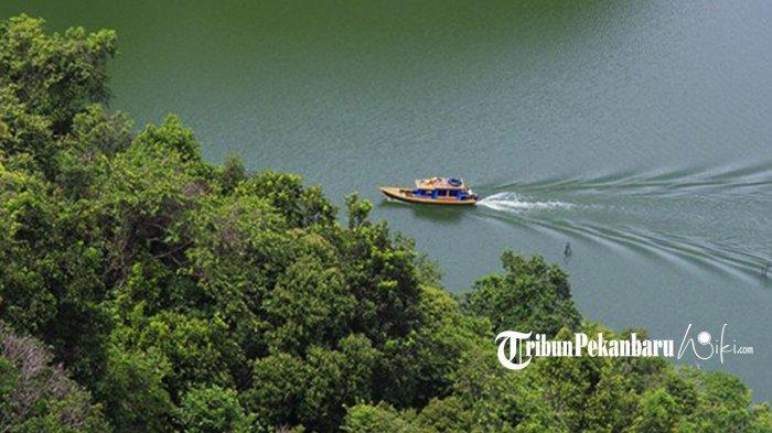 Aktivitas Kapal Nelayan yang terlihat dari Puncak wisata Puncak Ulu Kasok. Foto : Hasnil
