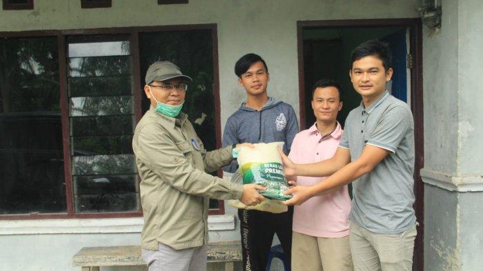 Unilak Berikan Paket Sembako untuk Mahasiswa Kos