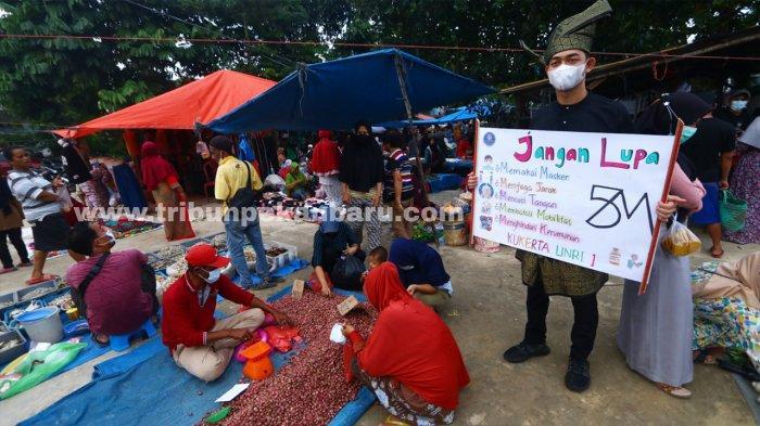 Foto: Kenakan Pakaian Adat, Mahasiswa Universitas Riau Sosialisasikan Vaksin Covid-19 - sosialiasi-mahasiswa-universitas-riau-ajak-masyarakat-tetap-patuhi-protokol-kesehatan.jpg