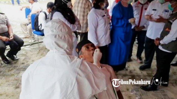Masyarakat Ikut Swab Test di Puskesmas Rejosari Pekanbaru