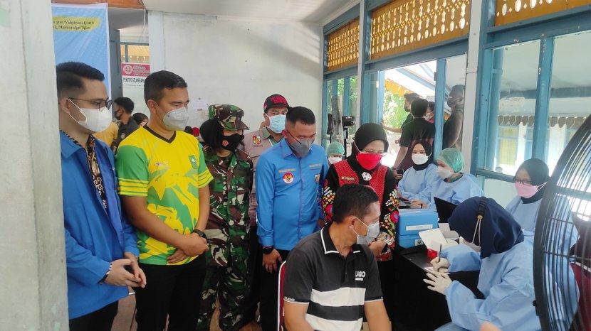 Ratusan Warga Antusias Ikuti Vaksinasi Massal di DPD KNPI Riau