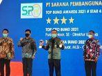Direktur-PT-SPR-Fuady-Noor-SE-pegang-2-piala-pada-malam-Penganugerahan-Top-BUMD-Awards-2021.jpg