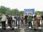 Gubernur-Riau-Syamsuar-saat-menanam-Bangrove-di-Desa-Mentayan.jpg