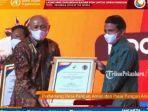Kades-Bukit-Intan-Makmur-Nastain-saat-menerima-penghargaan-di-Jakarta.jpg
