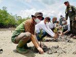 Kepala-BRGM-RI-Hartono-Prawiraatmadja-menaman-mangrove-di-daerah-Kelurahan-Basilam-Baru-Dumai.jpg