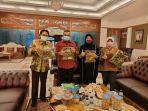 Manajemen-Perusda-Rokan-Hulu-Jaya-saat-memperkenalkan-produk-batik-corak-Rohul-kepada-Wagubri.jpg