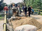 Masyarakat-Pulau-Kijang-Reteh-bergotong-royong-memperbaiki-jembatan-di-Jalan-Riau-Pulau-Kijang.jpg