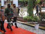 Panglima-TNI-Marsekal-TNI-Hadi-Tjahjanto-ke-Pekanbaru.jpg<pf>Panglima-TNI-Marsekal-TNI-Hadi-Tjahjanto-ke-SMPN-9-Pekanbaru-meninjau-vaksinasi.jpg<pf>Seorang-Pelajar-sedang-disuntik-vaksin-covid-19-di-SMP-Negri-9-Pekanbaru.jpg