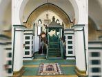 Penampakan-mimbar-dan-mihrab-masjid-Syahabuddin-Siak-Sri-Indrapura.jpg
