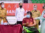 Presiden-Jokowi-Dodo-menyaksikan-vaksinasi-massal-di-Pekanbaru.jpg