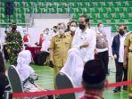 Presiden-Jokowi-Dodoberbincang-dengan-penerima-vaksin-covid-19-di-Gelanggang-Remaja-Kota-Pekanbaru.jpg