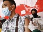 Seorang-Pelajar-sedang-disuntik-vaksin-covid-19-di-SMP-Negri-9-Pekanbaru.jpg