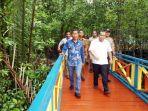 Suasana-sejuk-Wisata-Mangrove-Jembatan-Pelangi-terletak-di-Desa-Banglas.jpg