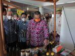 Wagubri-Riau-Edy-Natar-Nasution-melihat-produk-madu-asal-Riau-yang-sudah-mengantongi-Serifikat-SNI.jpg