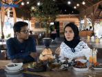 hots-program-enaknye-tribunpekanbaru-saat-mewawancarai-pemilik-rumah-makan-ikan-bakar-daun-bumbu-uwo.jpg