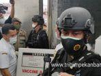 proses-pemindahan-vaksin-covin-19-di-pekanbaru-dijaga-ketat-pihak-kemanan-selasa-5-januari-2021.jpg