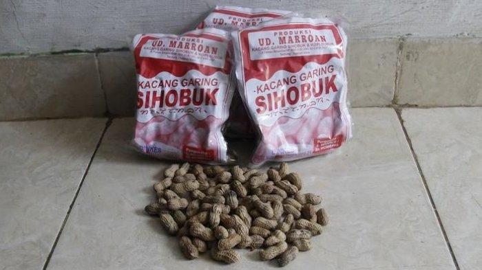 Oleh-oleh dari Tanah Batak, Kacang Sihobuk. Oleh-oleh ini kacang ini bisa jadi pilihan ketika berlibur ke sekitar Danau Toba.
