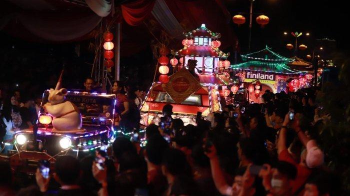 Mobil Hias dan Arakan Naga, Ramaikan Pawai Lampion di Singkawang