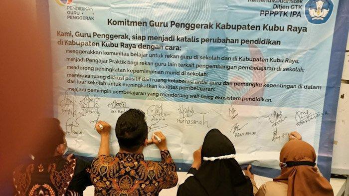 Penandatanganan komitmen guru usai Pendidikan Guru Pendidik Angkatan 1, Lokakarya 9 Kubu Raya