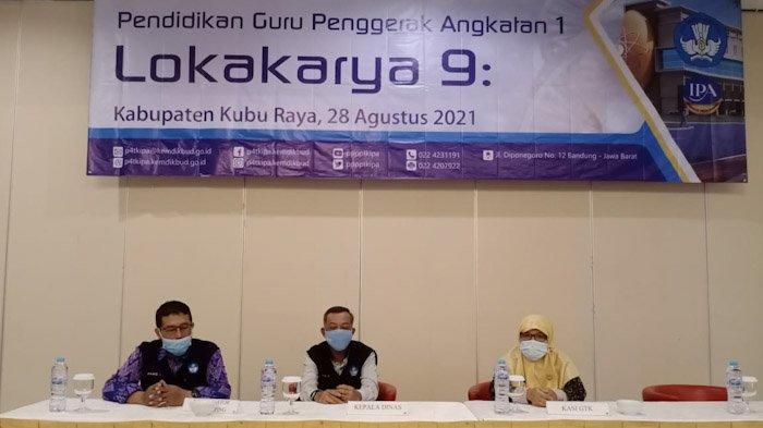 Kepala Dinas Kabupaten Kubu Raya, Ayub (tengah) bersama Koordinator Pendamping Panggih Setyo R (samping kiri) dan Kasi Pendidikan dan Pelatihan GTK  Indah Yuli Astuti (samping kanan).