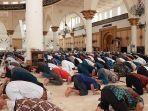 sholat-jumat-berjamaah-di-masjid-raya-mujahidin.jpg