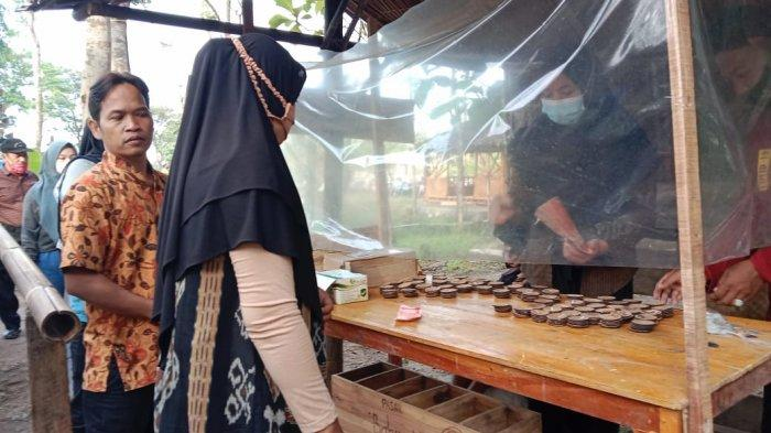 Penukaran uang di Pasar Bahulak, Sragen