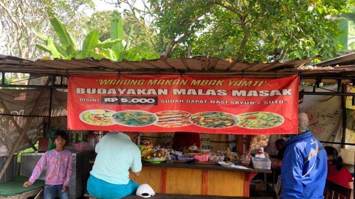 Unik, Warung Angkringan Mbak Yamti Pasar Kliwon Ini Pasang Banner Tuliskan 'Budayakan Malas Masak'