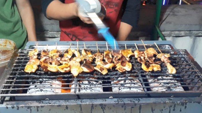 Menyantap Cumi Bakar Sembari Melihat Ribuan Lampion di Pasar Gede