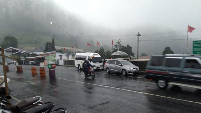 Diguyur Hujan Deras Saat Libur Isra' Mi'raj, Jalanan Tawangmangu Alami Kemacetan