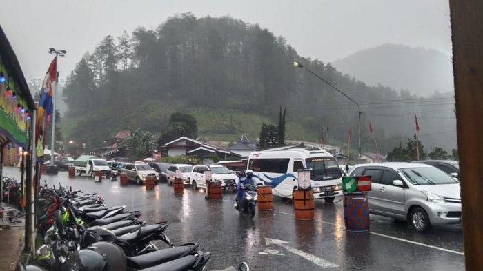 Niat Berlibur Saat Tanggal Merah, Wisatawan Harus Gigit Jari Karena Tawangmangu Hujan Deras