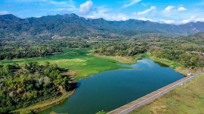 Berwisata ke Waduk Tandon Wonogiri, Padang Rumputnya Ramai Dikunjungi Warga
