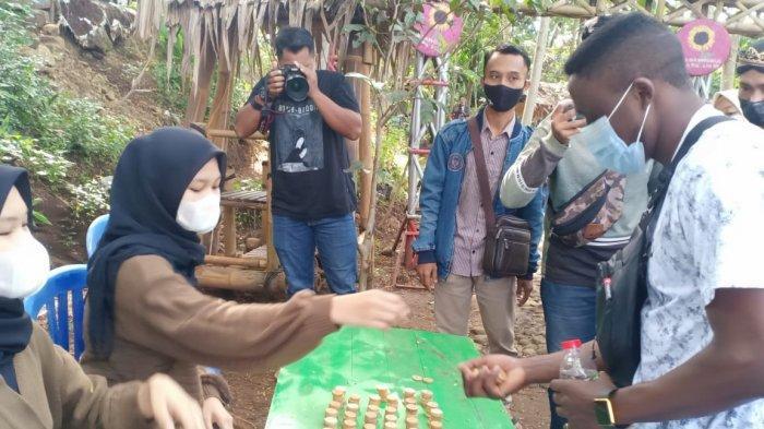 Belanja di Pasar Ciplukan Karanganyar, Lakukan Transaksi Dengan Koin Khusus yang Terbuat Dari Kayu