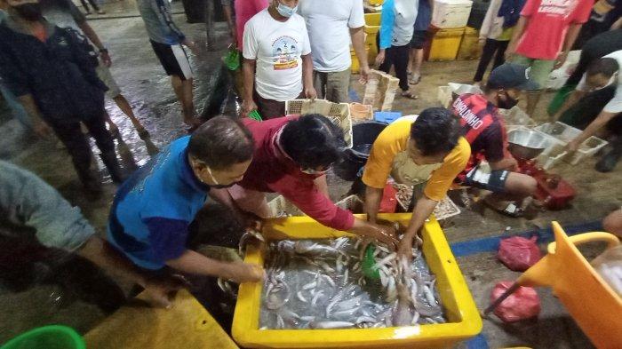 Di Pasar Ikan Balekambang Solo, Pelanggan Rela Antre 3 Jam Hingga Rebutan Demi Ikan Murah Incaran