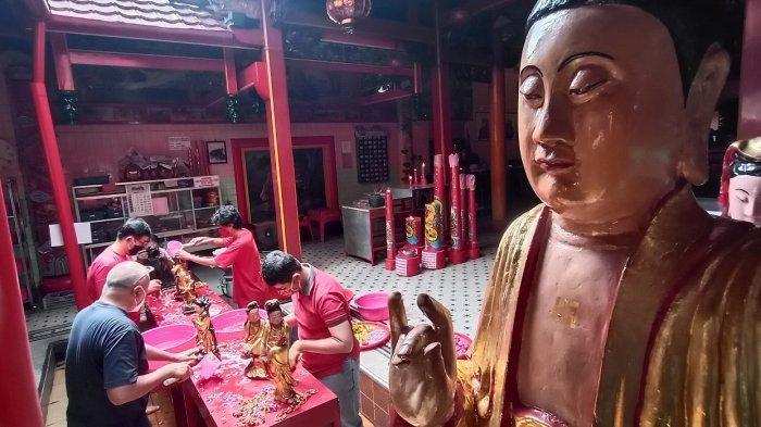 Jelang Imlek, Patung Dewa-Dewi di Klenteng Tien Kok Sie Dibersihkan
