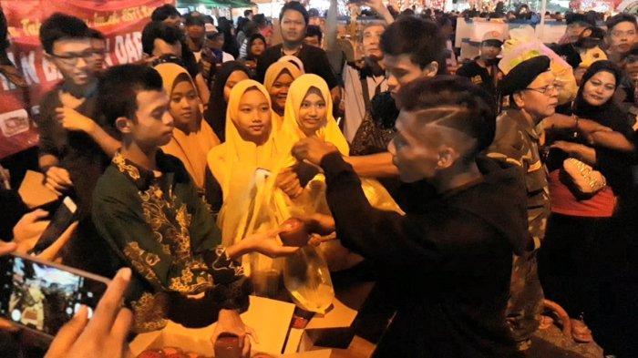 Beri Edukasi Pengunjung, Panitia Imlek 2020 di Pasar Gede Tukar Sampah dengan Kue Keranjang